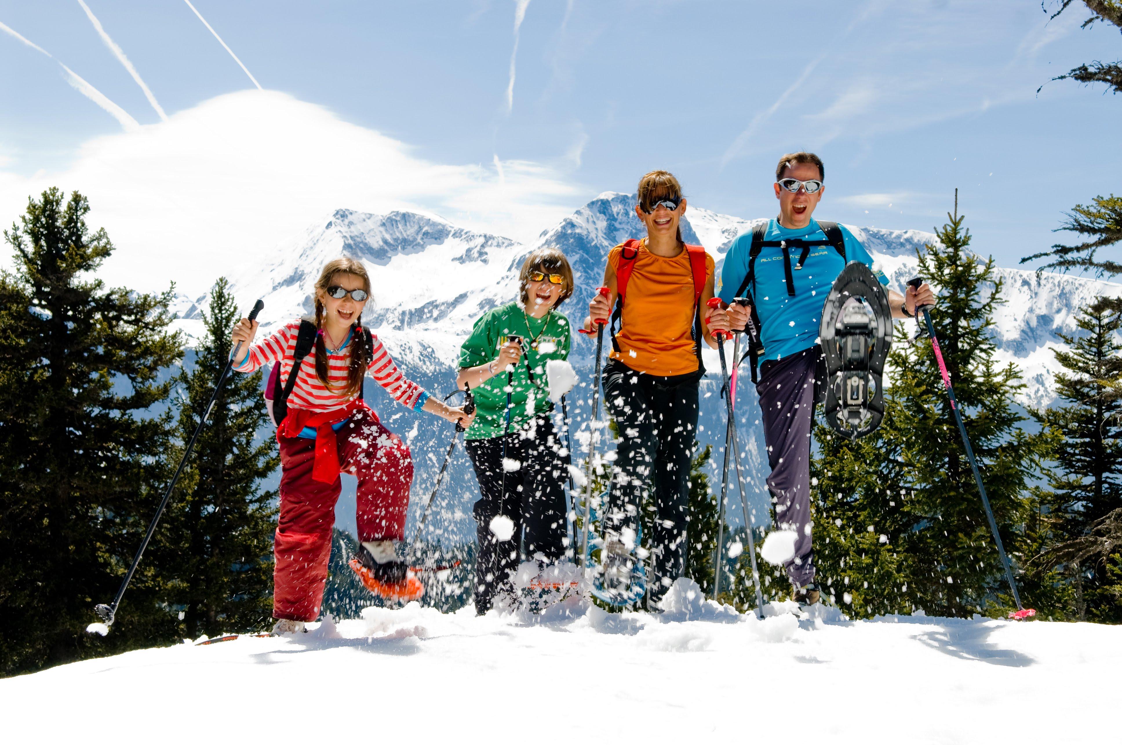 Famille randonnée raquettes hiver neige