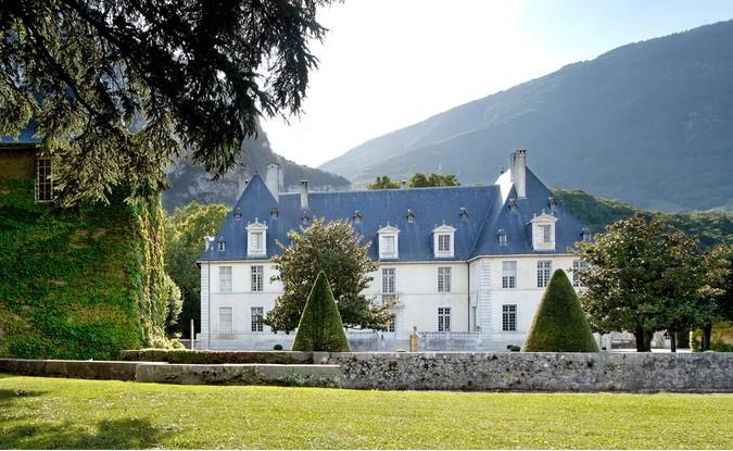 Château de Sassenage buis taillés cones facade entrée cour du chateau