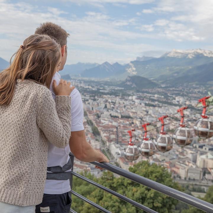 En amoureux, vue depuis la Bastille sur la vallée de Grenoble