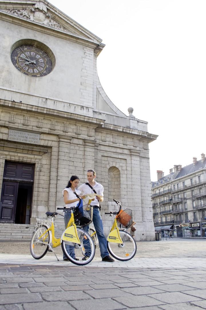 Métrovélo devant église Saint-Louis Grenoble